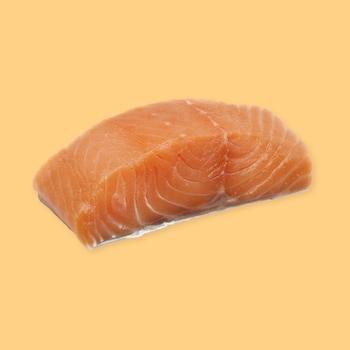 Un morceau de saumon sur un fond jaune.
