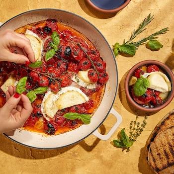 Un plat de tomates en grappe, de brie et de basilic.