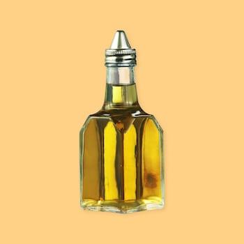 Une bouteille de vinaigre avec un bec verseur.
