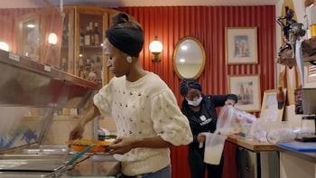 Une personne se sert de la nourriture à un buffet.