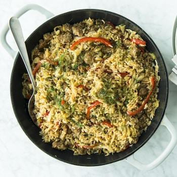 Une casserole de riz « one pot » aux saucisses, au fenouil et au poivron vue de haut.