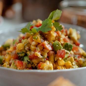 Un bol de légumes salsa.