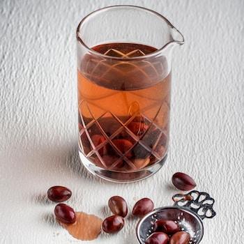 Un pichet d'aquavit avec des olives kalamata.
