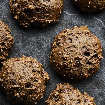 Plaque à cuisson recouverte de biscuits bruns fondants au chocolat.