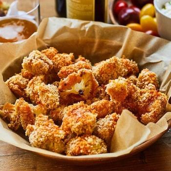 Une assiette creuse avec des bouchées croustillantes de chou-fleur.
