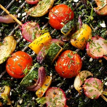 Trois brochettes de légumes sur le gril.