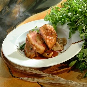 Une assiette de poitrine de canard farcie avec jus à la marjolaine.