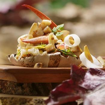 Une salade de homard présentée dans un champignon.
