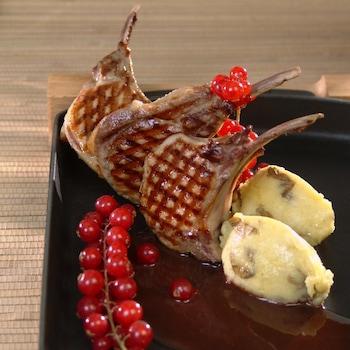 Côtes de sanglier aux groseilles dans une assiette.