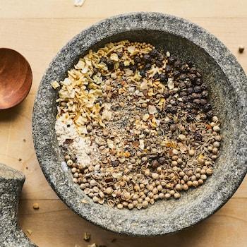 Un mélange d'épices dans un grand bol gris.