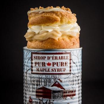 Un Paris-Brest sur une boite sur conserve de sirop d'érable.