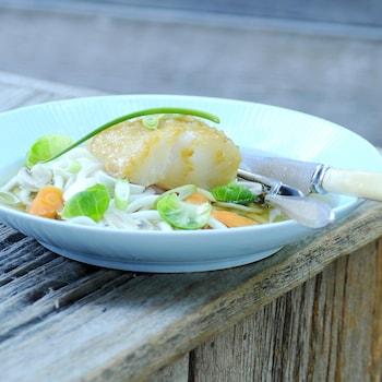 Un bol contenant un filet de cabillaud marinés sur dashi.