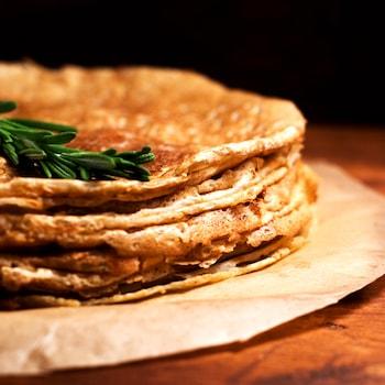 Des galettes de sarrasin dans une assiette.
