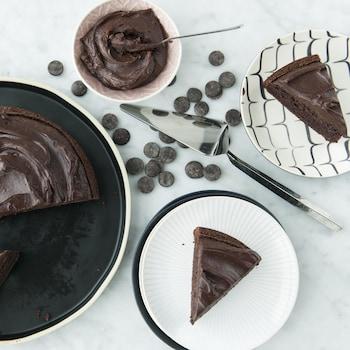 Des parts de gâteau au chocolat servies dans des assiettes à dessert.