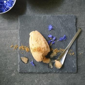 Du granité de cantaloup sur une table avec de petites fleurs mauves.