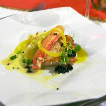 Un morceau de morue et de crabe recouvert de sauce au chardonnay.