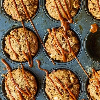 Muffins aux pommes dans un plaque, recouverts d'un filet de dulce de leche.