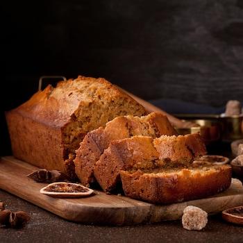 Un pain d'épice coupé en morceaux sur une planche à découper.