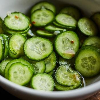 Bol de pickles de concombres à l'asiatique.