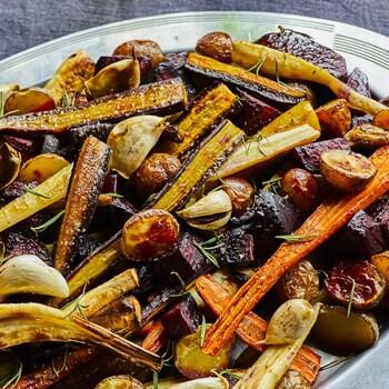 Plaque de légumes-racines grillés.