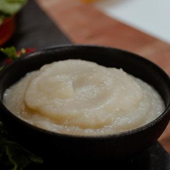 Un bol de purée de chou-fleur à l'ail.
