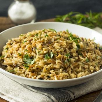 Un bol rempli de riz brun pilaf.