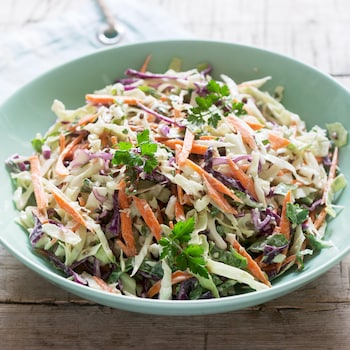 Un bol rempli de salade de chou.