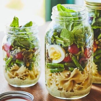 Trois pots de salade niçoise.