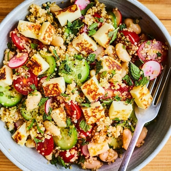 Salade de quinoa au halloumi dans un bol.