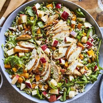 Salade-repas réconfortante dans un bol.