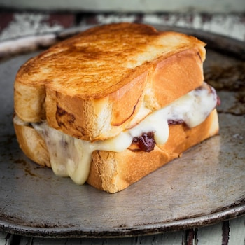 Un sandwich grillé au fromage.