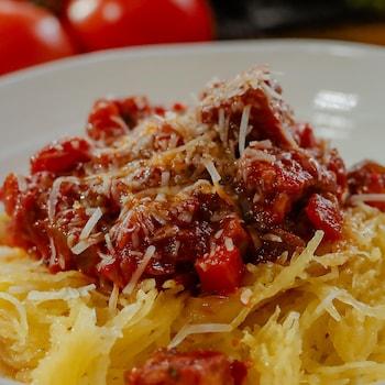 De la courge spaghetti nappée de sauce bolognaise au tempeh.