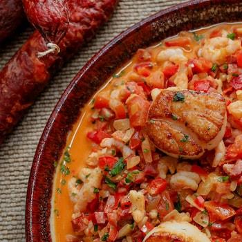 Un bol de sauté de crevettes nordiques et de pétoncles, servis avec du chorizo.