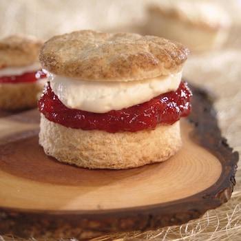 Un petit gâteau rempli de crème de mascarpone et de confiture de prune.