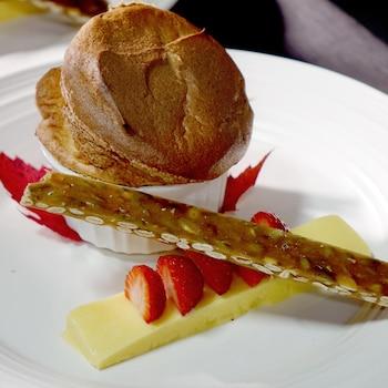 Un soufflé à la citrouille accompagné d'un croquant aux graines de citrouille et de quelques fraises.