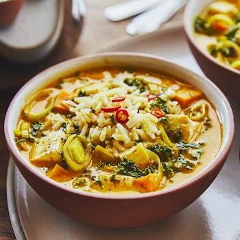 Soupe-repas végé au cari thaï et au poireau dans trois bols.