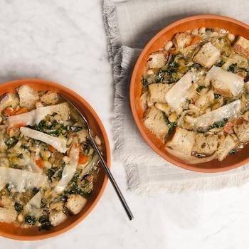 De la soupe Ribollita servie dans des bols.