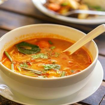 Un bol rempli de soupe thaï.