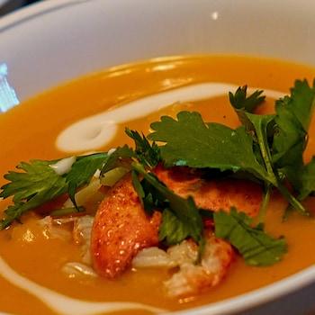 Zoom sur un bol rempli de soupe thaïlandaise.