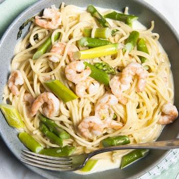 Un bol de spaghettis aux asperges et aux crevettes.
