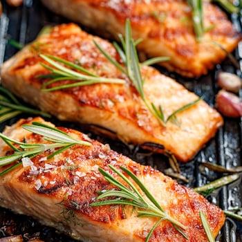 Trois morceaux de saumon sur le gril.