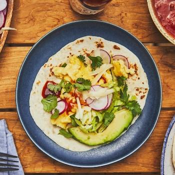 Tacos déjeuner dans une assiette.