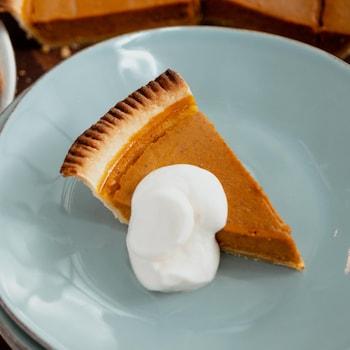 Un morceau de tarte avec de la crème.
