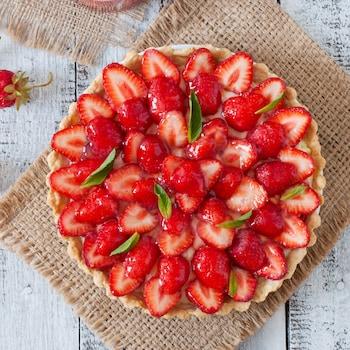 Une tarte couverte de fraises.