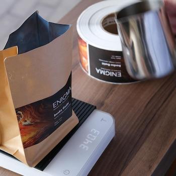 Un sac de café sur une pesée électronique.