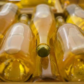 Des bouteilles du cidre effervescent en attente d'étiquetage.