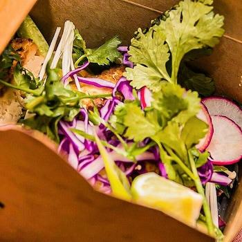 La salade thaïe de Caroline Dumas servie dans une boîte.