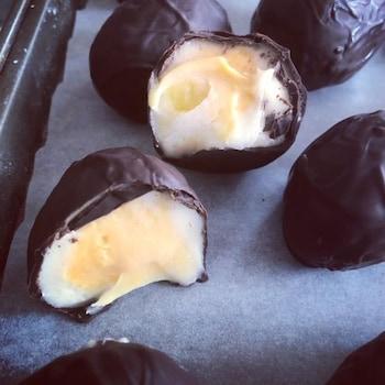 Des œufs de Pâques en chocolat sont disposés sur un plan de travail.