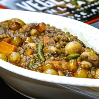 Un plat de lentilles avec des petits légumes.