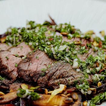 Une assiette de bavette de bœuf grillée.